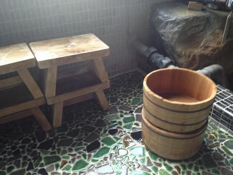 風合いのある木桶と椅子