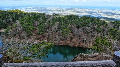 倉ヶ嶽のぞき。池の向こうは小松白山金沢の大パノラマ