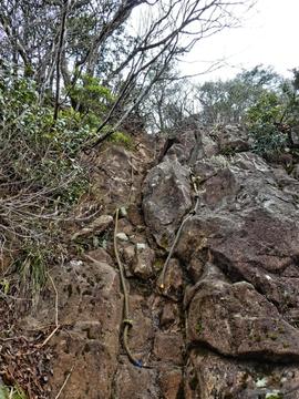 ここが有名な岩場。ロープがしっかり整備されている