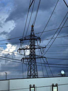 これが松任連絡線の1番鉄塔。向こう側の77kVエリアから