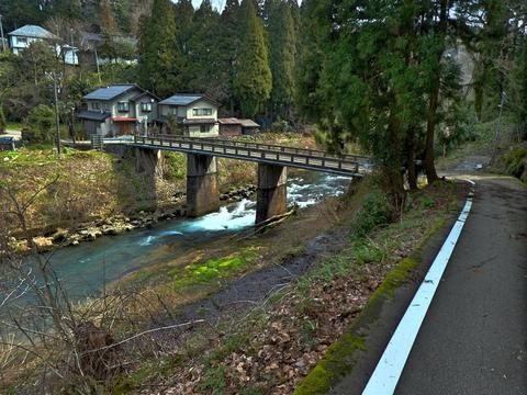 水淵山荘の前の道を進むと蛍の橋があり上辰巳町へ