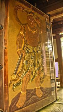 扉に組み込まれた仁王像