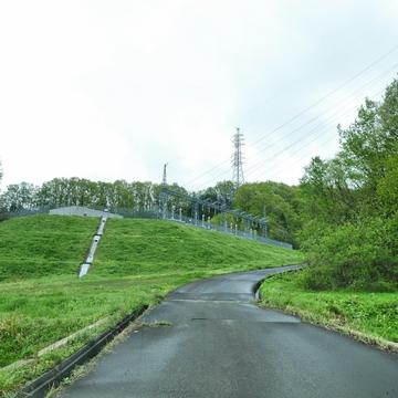 細い農道の先にみえる丹生変電所