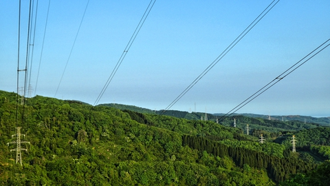 北からきれいに鉄塔が整列。手前から中央幹線・大黒部幹線・加賀福光線