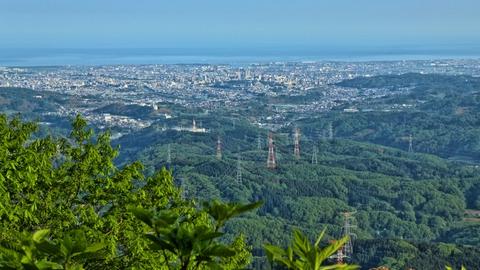 金沢市内を一望。中央部の加賀変電所からの鉄塔網も俯瞰できる