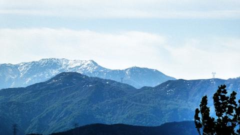 中部電力 越美幹線の烏帽子(ネコ型)鉄塔が見えるのが三方山 左に袴腰山