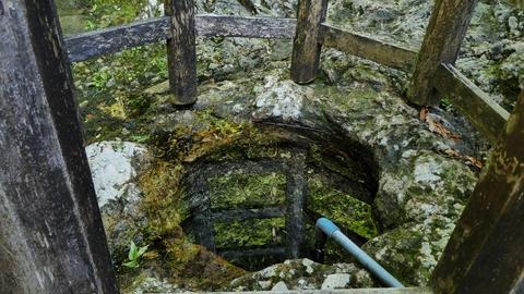 白山市弘法水汲み上げ部。水面がわからないくらい透明