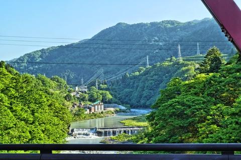 対山橋から上流に見える鉄塔群