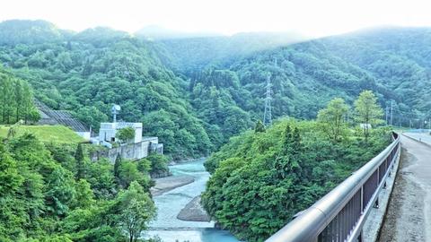 左対岸に見えるのがJPOWER(電源開発)の手取川第1発電所