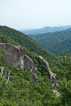天狗岩の手前にもう一つ岩壁が。山中天狗岩3岩の一つ、学問の神様岩