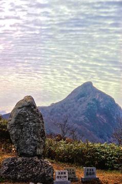 冠山峠より望む烏帽子型の冠山山頂