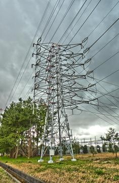 長坂線1番・西金沢線1番。圧倒的な存在感の4回線の引き込み鉄塔。上空には増泉線が(左手は増泉1番)