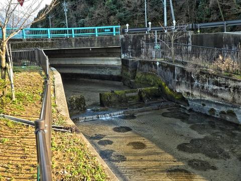 対岸の七ヶ用水から逆サイホンで手取川をくぐってくる