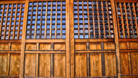 三十三年に一度の開帳秘仏。その戸は固く閉じられている