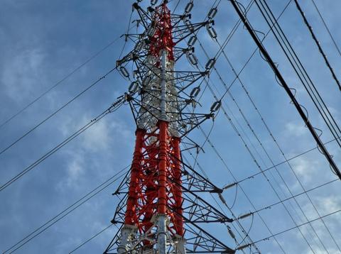 国道157号から目立つ能美線3番の赤白鉄塔