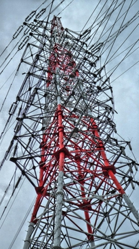 8回線のモンスター鉄塔