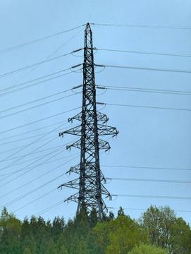 山の上の6回線角度鉄塔