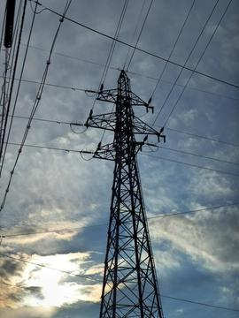 鶴来第1線(左)と第2線(右)が合流する鶴来第一線2番鉄塔そして変電所横の1番へ