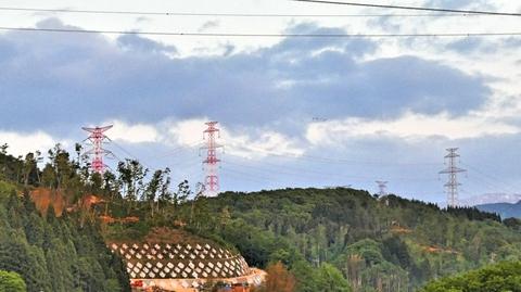 加賀変電所(東)よりの500kV系巨大鉄塔群が見える。手前加賀幹線、奥が加賀福光線