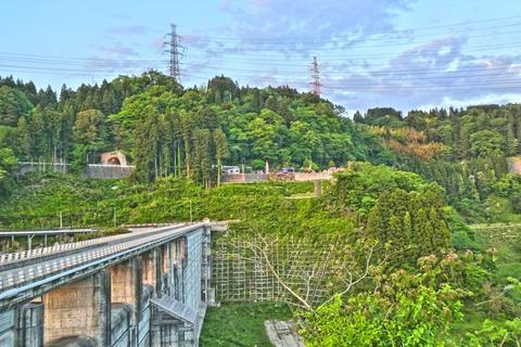 辰巳ダムより加賀変電所 左が加賀東金津線1番・右が中央幹線63番最終
