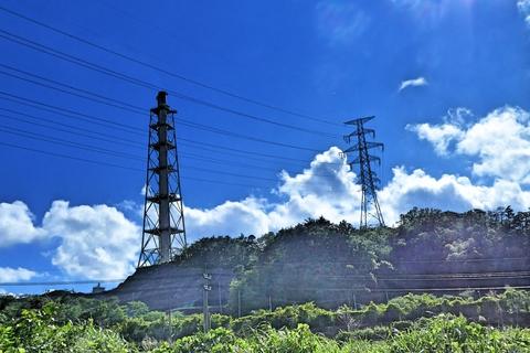 国道8号を降りると・・煙突と鉄塔が