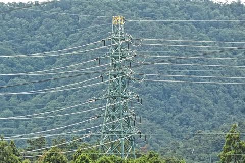 高島変電変電所北の緑色の環境調和色の丁字分岐鉄塔