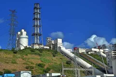 敦賀火力発電所と2つの鉄塔(クリックで拡大)