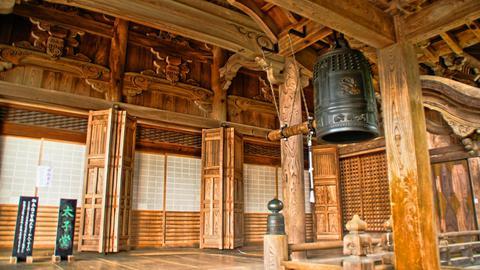 太子堂の横の鐘